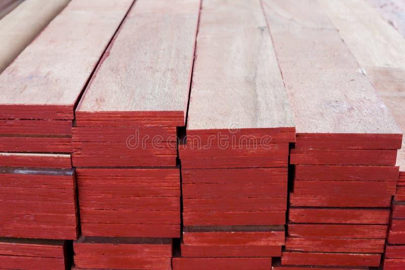 Staplad röd kryssfaner, bakgrundstextur av röd kryssfaner arkivbild