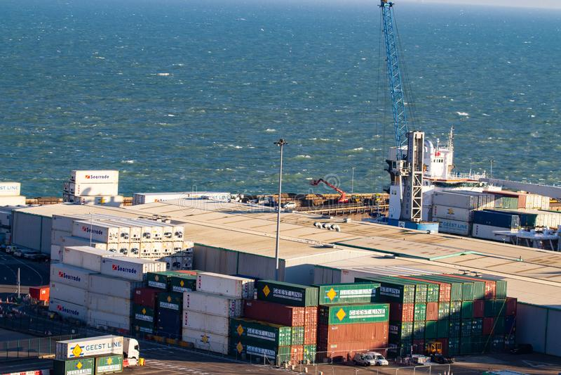 Staplade behållare på Dover Ferry Terminal arkivbild