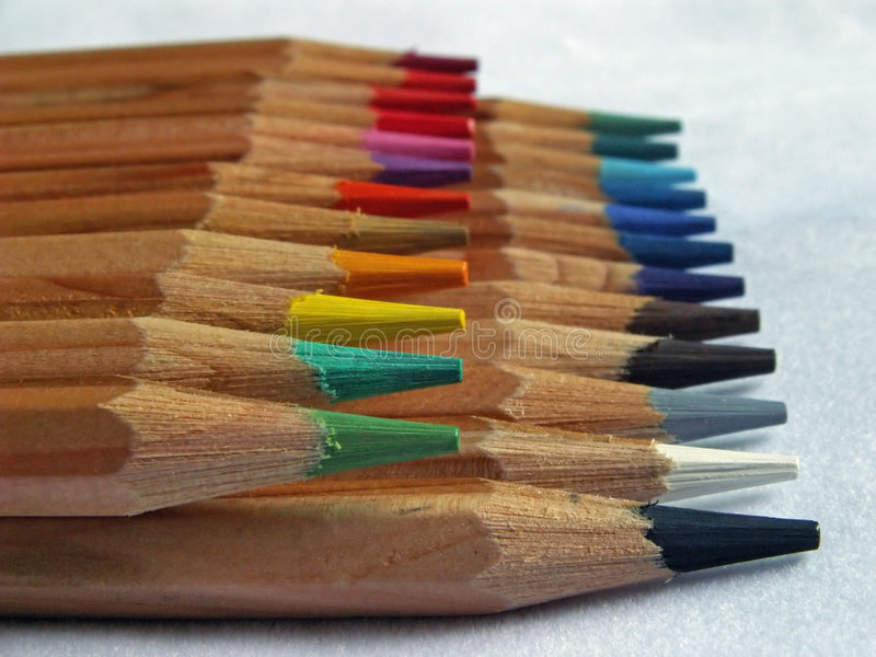 staplade kulöra blyertspennor arkivfoton