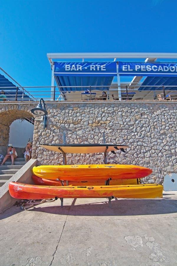 Staplade plast-kanoter och restaurang för El Pescador arkivbilder
