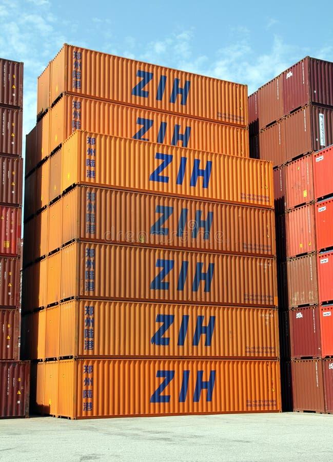 Staplade sändningsbehållare av ZIH arkivfoto