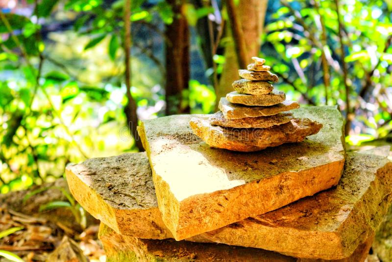 Staplade stenar på skogen royaltyfria bilder