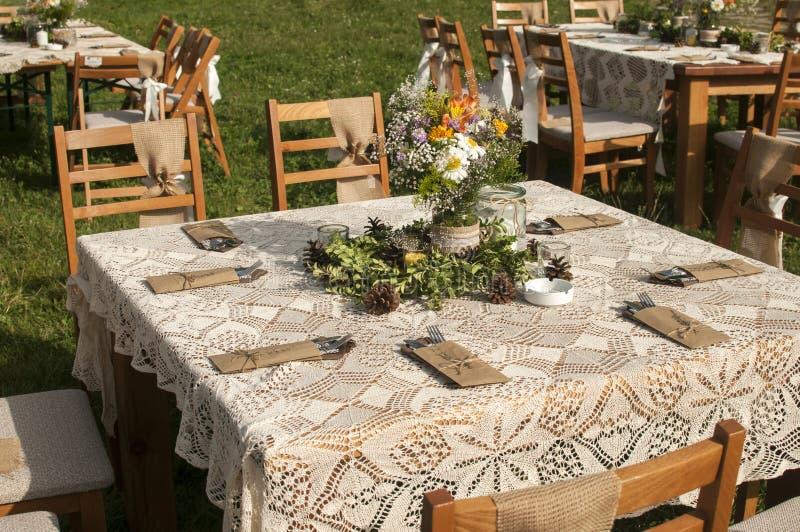 Staplade tabeller för gäster för att gifta sig fotografering för bildbyråer