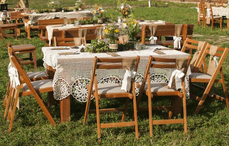 Staplade tabeller för gäster för att gifta sig arkivbild