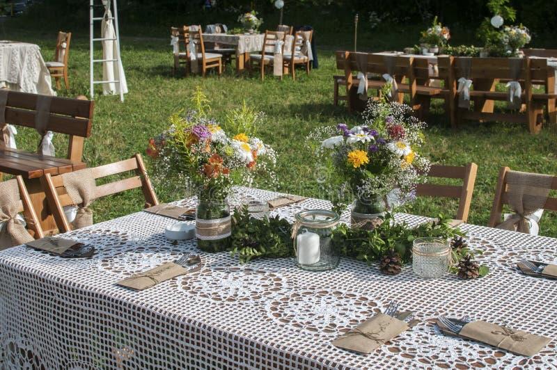 Staplade tabeller för gäster för att gifta sig royaltyfria foton