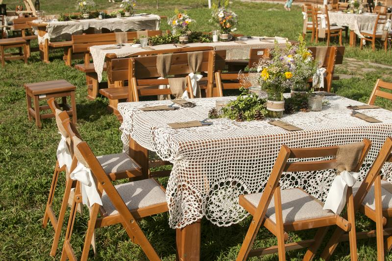 Staplade tabeller för gäster för att gifta sig royaltyfria bilder