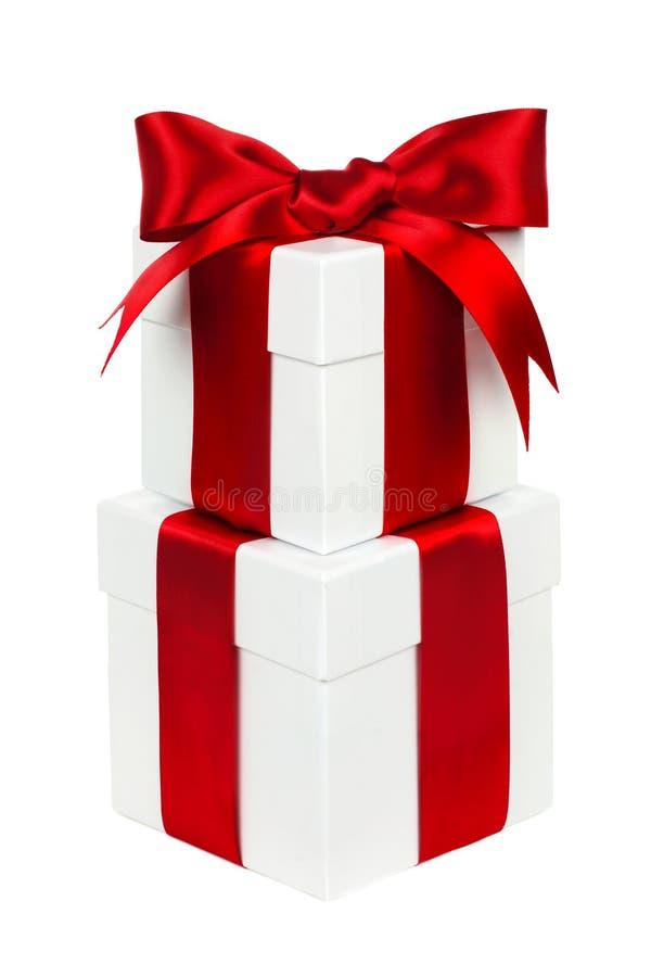 Staplade vita och röda isolerade julgåvaaskar royaltyfria bilder