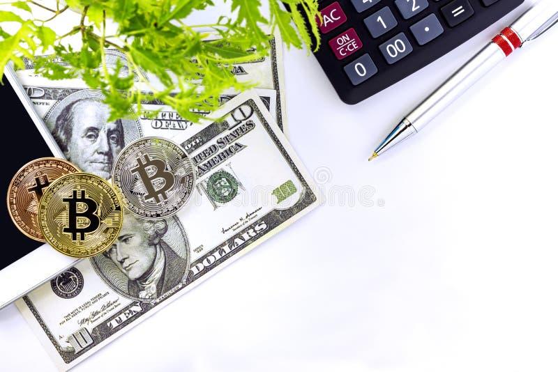 Staplat av bitcoins, sedlar och räknemaskinen på vit tabellbac arkivbild