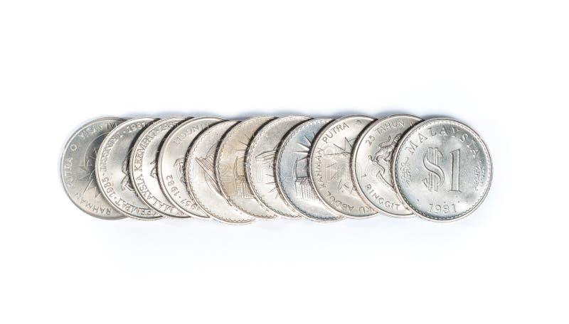 Staplat av gamla Malaysia mynt på vit bakgrund