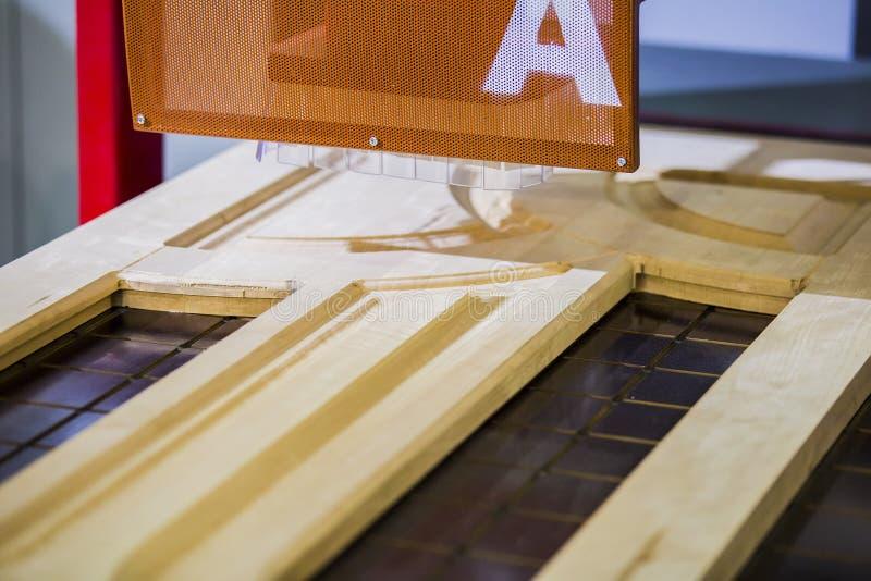 Staplat trä sörjer timmerproduktion för att bearbeta och möblemangproduktion på snickeriföretag, industriell fabrik för dörr arkivfoton