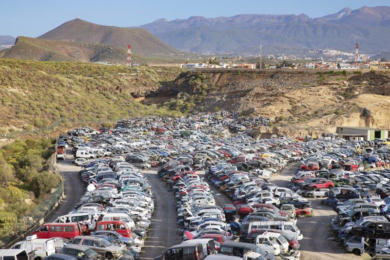 Staplat upp återanvända bilar, gamla kraschade medel som används för delar, Tenerife, kanariefågelöar, Spanien arkivbilder
