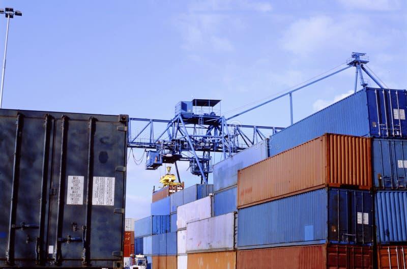 Staplat upp sändningsbehållare på behållareterminalen i port arkivbilder