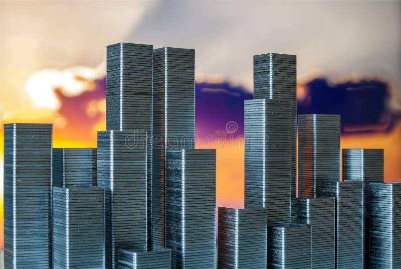 Staples ha sistemato formare l'orizzonte della città su un fondo del tramonto immagini stock libere da diritti