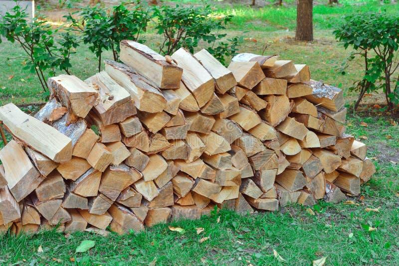 Staplungsbrennholz im Dorf lizenzfreies stockbild