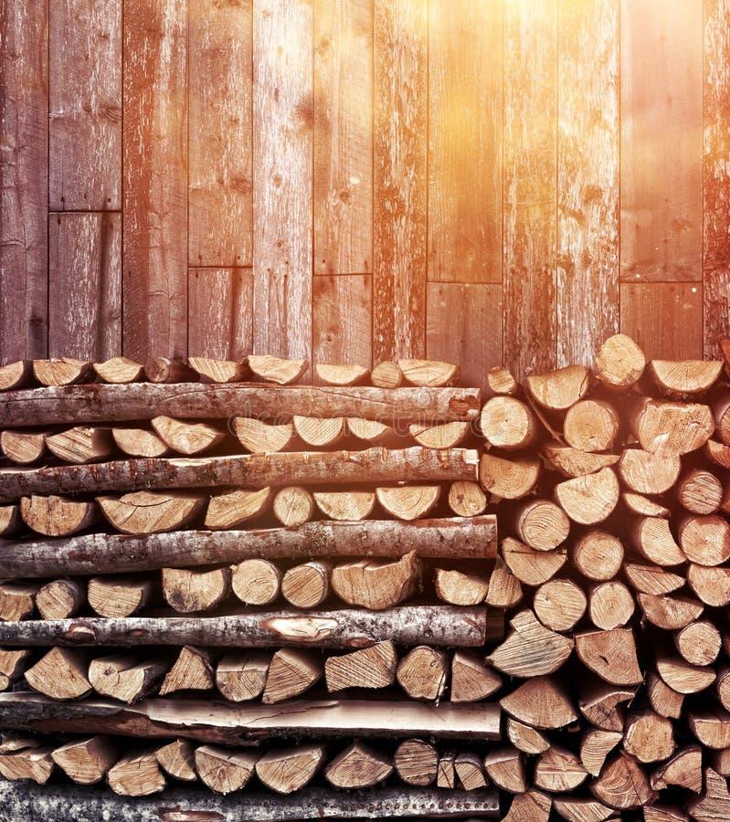 Staplungsbrennholzhaufen-Nachmittagslicht lizenzfreie stockfotografie