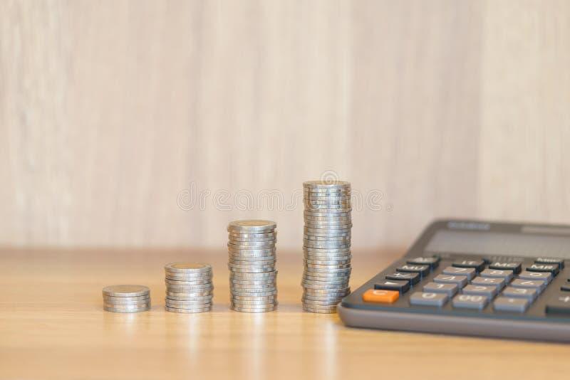 Staplungsgeld für wachsendes Diagramm von Münzen mit Taschenrechner stockbild
