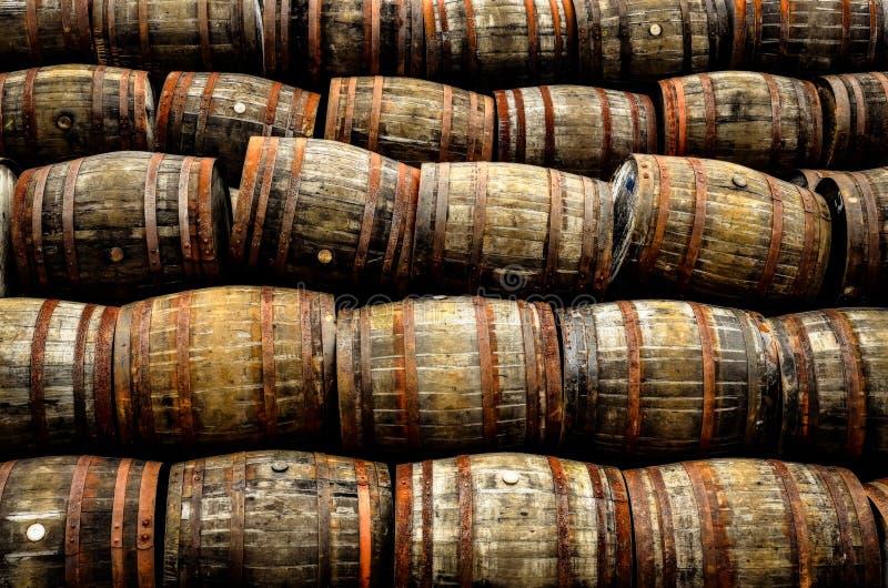 Staplungsstapel von alten hölzernen Fässern des Whiskys und des Weins lizenzfreie stockfotos