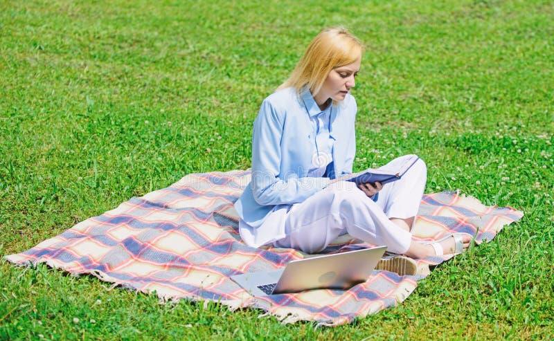 Stappen beginnen zaken freelancing Het bedrijfsdame freelancer werk in openlucht Online bedrijfsidee?nconcept Vrouw met stock foto