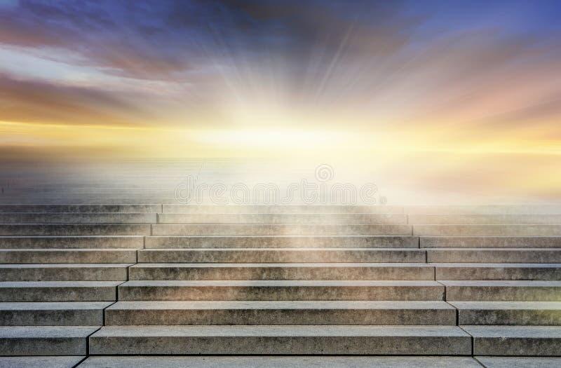 stappen die aan de zon leiden Manier aan God Helder licht van hemel royalty-vrije stock fotografie