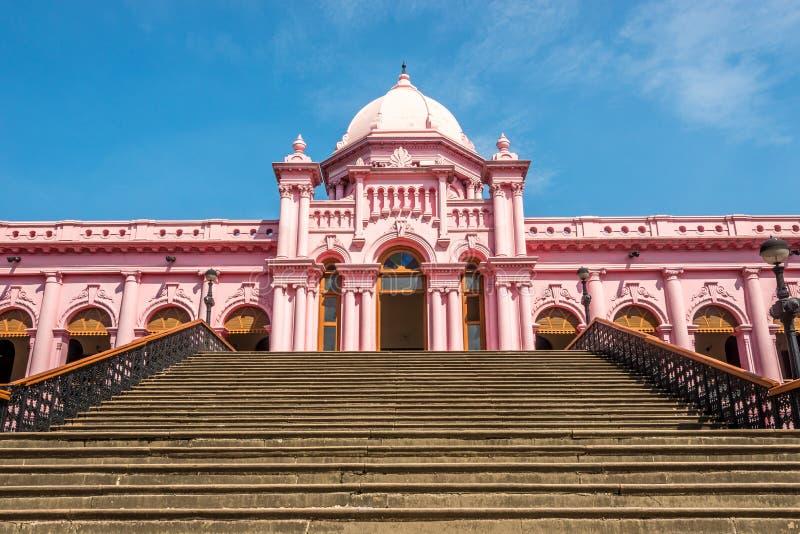 Stappen naar het Mughal Palace - Ahsan Manzil in Dhaka, Bangladesh stock foto