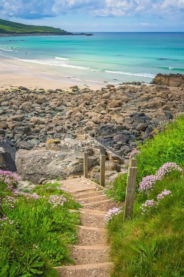 Stappen naar mooi strand in St Ives stock fotografie