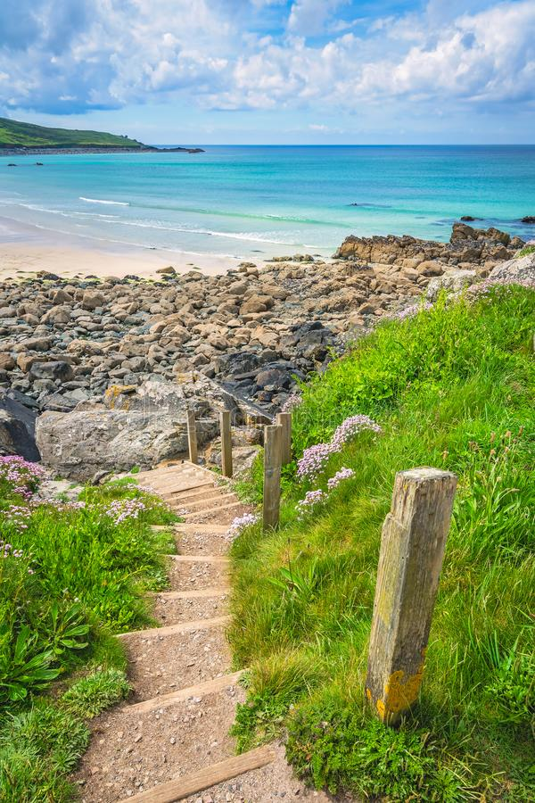 Stappen naar mooi strand in St Ives stock foto's