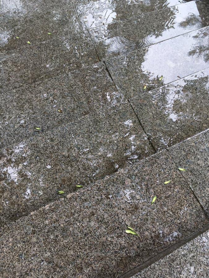 Stappen van trap met regendruppelsplonsen tijdens stortbui royalty-vrije stock afbeeldingen