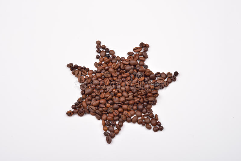 Star o símbolo feito dos feijões de café no fundo branco imagem de stock
