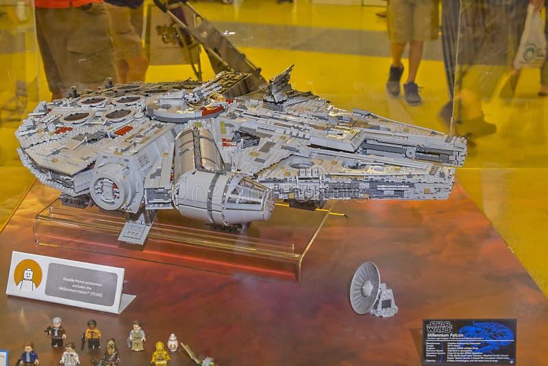 Star Wars-` Jahrtausend-Falke-Skulptur gemacht von Legos lizenzfreies stockfoto