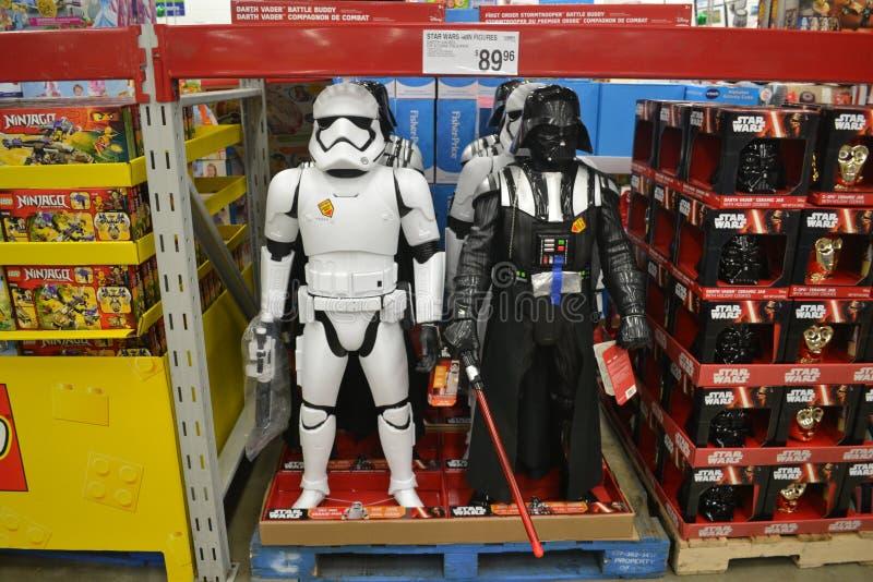 Star Wars Stormtrooper och till salu Darth Vader leksaker royaltyfri bild