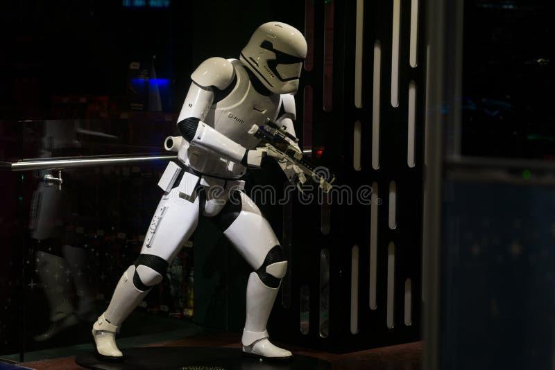 Star Wars Stormtrooperskyltdocka i lagerfönstret som främjar ny film fotografering för bildbyråer