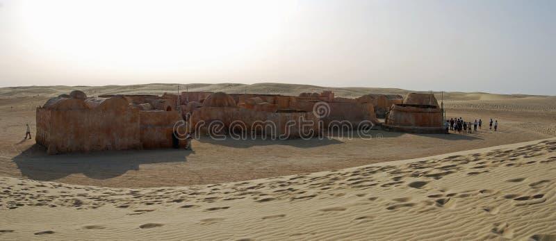 Star Wars wordt aangepakt om door een zandduin worden overspoeld dat stock fotografie