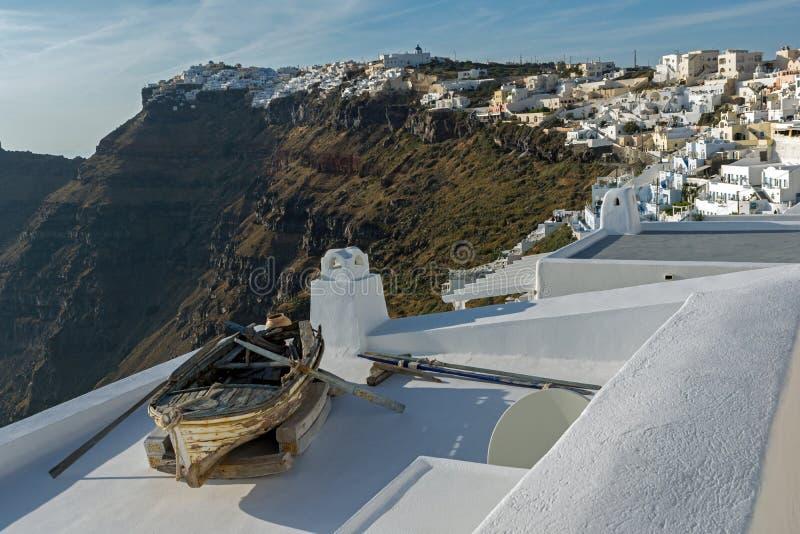 Stara łódź i Panoramiczny widok miasteczka Imerovigli i Firostefani, Thira, Grecja obraz royalty free