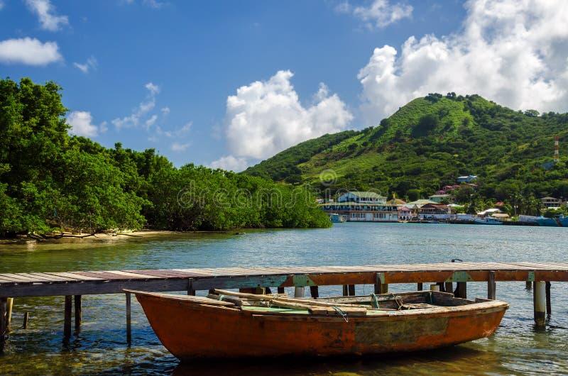 Stara łódź i Tropikalna wyspa zdjęcia royalty free