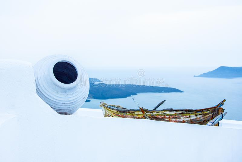 Stara łódź na dachu budynek w Firostefani, Santorini, Grecja obrazy royalty free