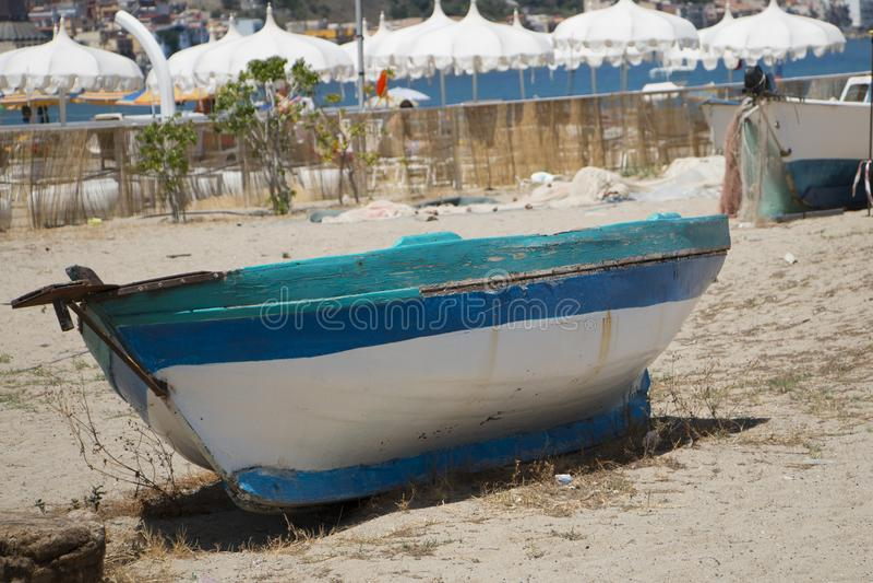 Stara łódź na piasku obrazy royalty free