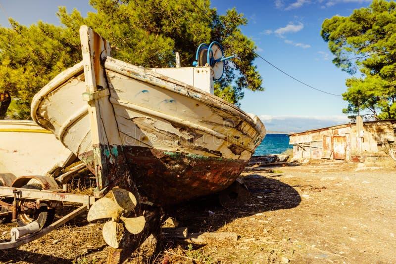 Stara łódź na plażowym dennym brzeg obraz royalty free
