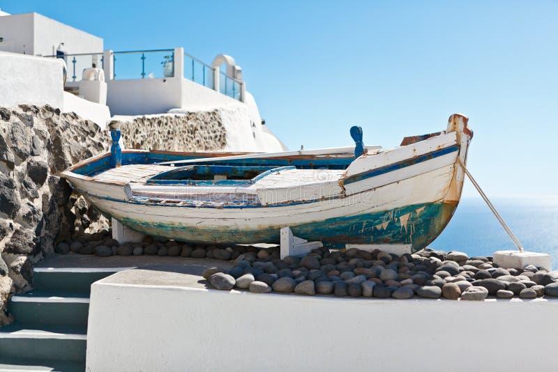 Stara łódź na tarasie z widokiem na białej architekturze Santorini, Grecja zdjęcie stock