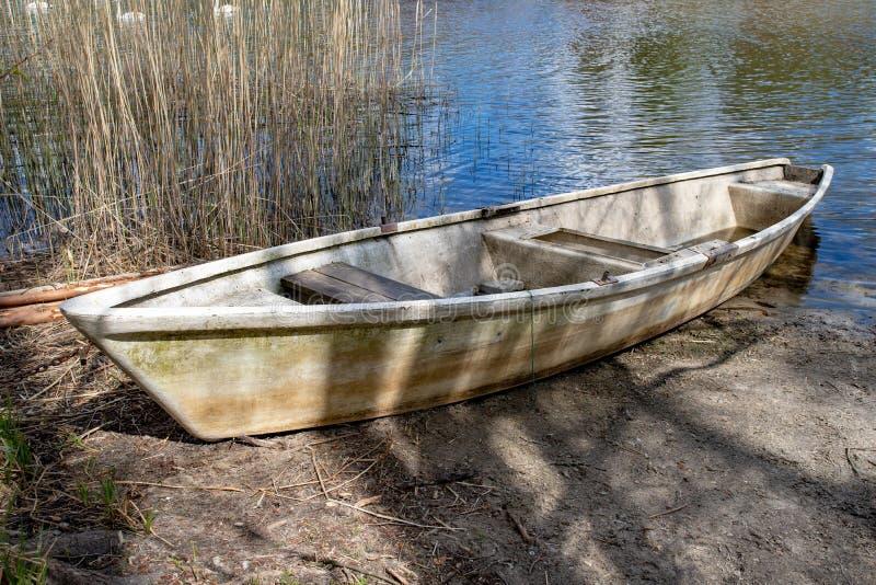Stara łódź nad małym jeziorem Akcesoria dla wędkarzów obrazy stock