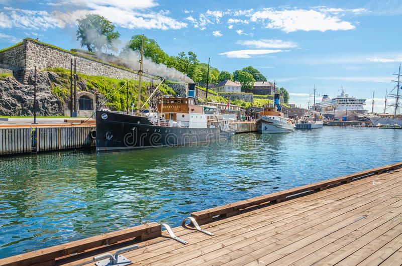 Stara łódź rybacka i Akershus forteca od Oslo Fjord, Oslo, Norwegia zdjęcie stock