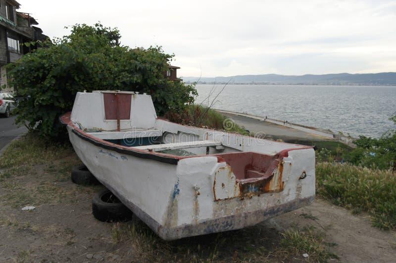 Stara łódź rybacka na brzeg obraz royalty free