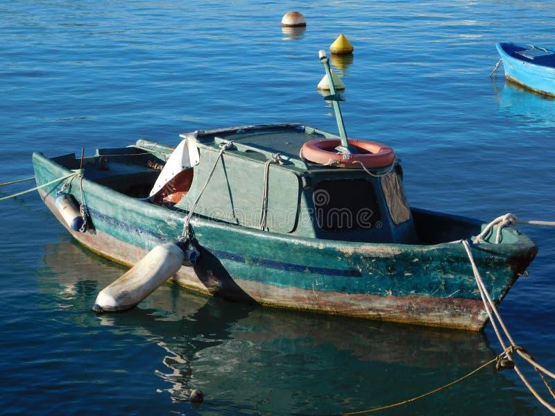 Stara łódź rybacka na doku zdjęcie royalty free