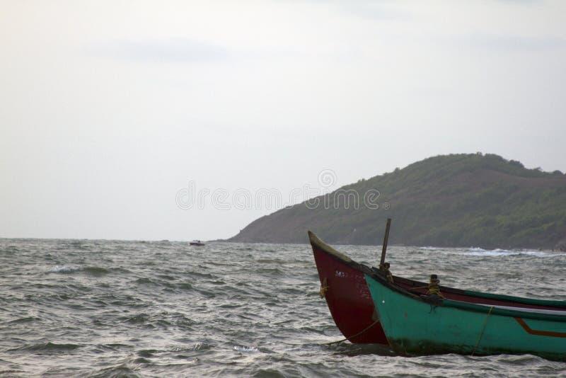 Stara łódź rybacka przy morzem India, Goa zdjęcia stock