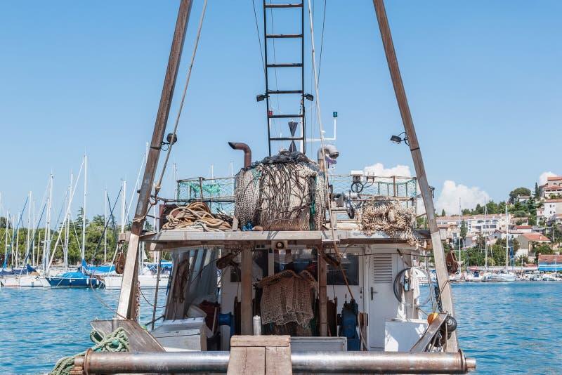 Stara łódź rybacka przygotowywa wychodził morze dla łowić Kontyngent dla łapać ryba 3d biznesu biel odosobniony mały obraz stock