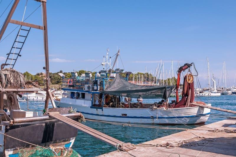 Stara łódź rybacka przygotowywa wychodził morze dla łowić Kontyngent dla łapać ryba 3d biznesu biel odosobniony mały zdjęcie stock