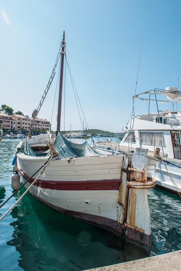 Stara łódź rybacka przygotowywa wychodził morze dla łowić Kontyngent dla łapać ryba 3d biznesu biel odosobniony mały fotografia stock