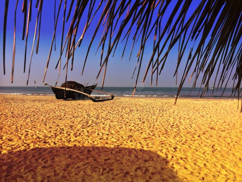 Stara łódź z siecią rybacką na piaskowatej plaży indu goa fotografia stock