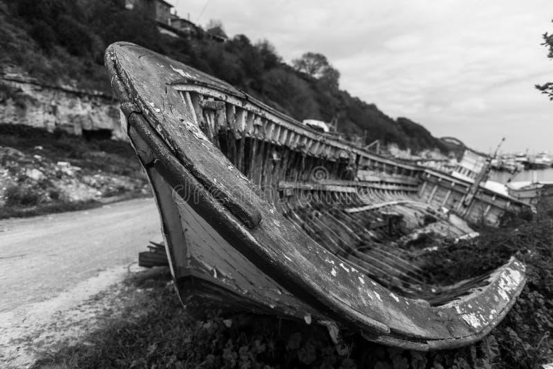 Stara łódź zakopująca w piasku w Turcja obraz royalty free