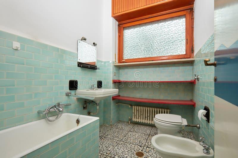 Stara łazienka z wanną i bidetem w mieszkania wnętrzu obrazy royalty free