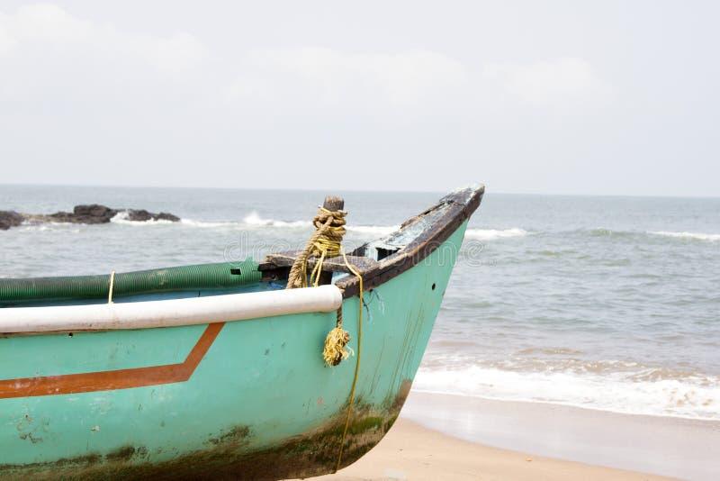 Stara łodzi rybackiej pozycja na piaskowatej plaży India, Goa fotografia stock